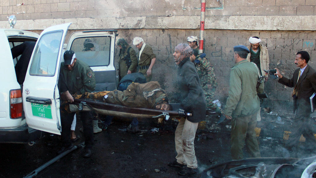 Le corps de l'une des victimes de l'attentat survenu mercredi 7 janvier à Sanaa.