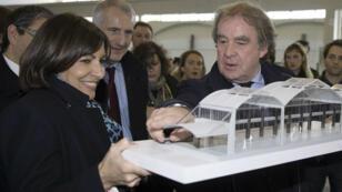 L'architecte Jean-Michel Wilmotte montre, en avril dernier, à la maire de Paris, Anne Hidalgo, le projet de gigantesque incubateur de start-up à la Halle Freyssinet.