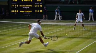 Roger Federer corre a por una bola tras una dejada de Novak Djokovic durante la final del último torneo de Wimbledon, el 14 de julio de 2019 al suroeste de Londres