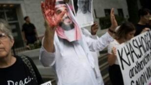 رجل يرتدي قناعا خلال تظاهرة أمام السفارة السعودية بواشنطن احتجاجا على اختفاء خاشقجي 8 أكتوبر 2018