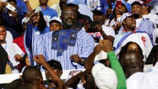 George Weah reacciona durante un discurso durante la manifestación de la campaña presidencial del partido en el complejo deportivo Samuel Kanyon Doe en Monrovia, Liberia, el 23 de diciembre de 2017
