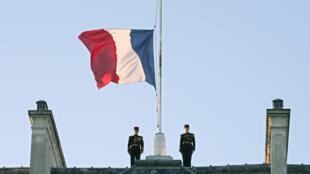 Le drapeau tricolore en berne sur le toit de l'Élysée en janvier 2005