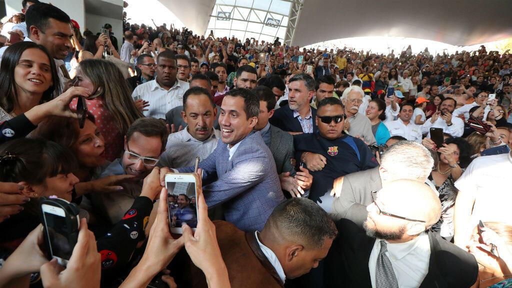 El proclamado presidente interino de Venezuela, Juan Guaidó, rodeado de seguidores durante un mitin en Caracas, Venezuela, el 14 de marzo de 2019.