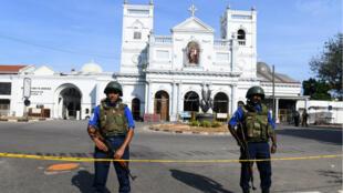 Des membres des forces de sécurité sri-lankaises montent la garde devant le sanctuaire Saint-Antoine, deux jours après son attaque, le 23 avril 2019.