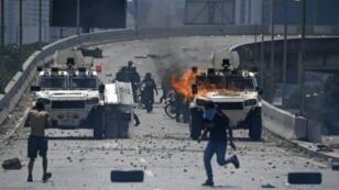 Affrontements entre manifestants de l'opposition et forces de l'ordre loyales au président vénézuélien Nicolas Maduro, le 30 avril 2019 à Caracas