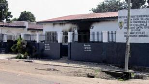 Un poste de police a été incendié durant de violents affrontements à Brazzaville au Congo-Brazzaville, le 4 avril 2016.