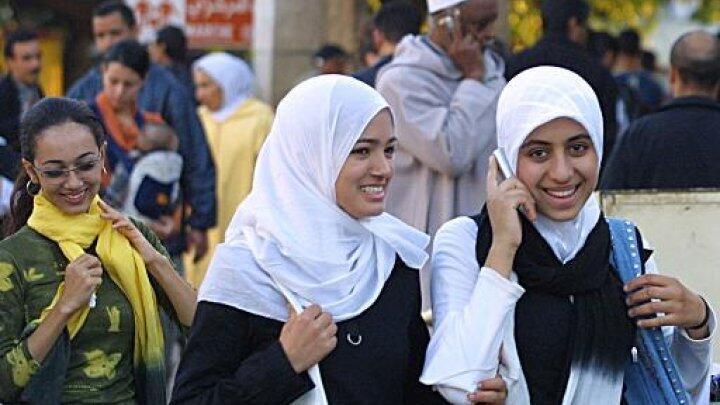 مغربية تتحدث في هاتفها الجوال في الرباط 2004