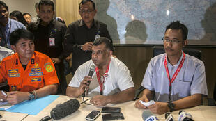 Tony Fernandes (au centre) lors d'une conférence de presse d'urgence le 28 décembre.