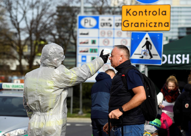 Un hombre se somete a un control de temperatura en el paso fronterizo entre Polonia y Alemania, el 15 de marzo de 2020.