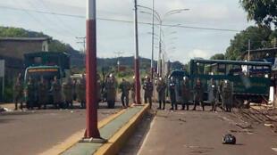 Les forces de sécurité vénézueliennes bloquent l'accès à la prison de Puerto Aya après une mutinerie le 16 août 2017.