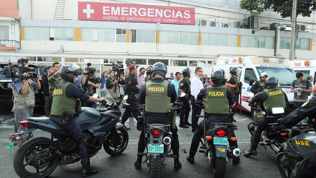 La policía custodia el hospital donde el expresidente de Perú, Alan García, fue internado después de que se disparara, en Lima, Perú, el 17 de abril de 2019.