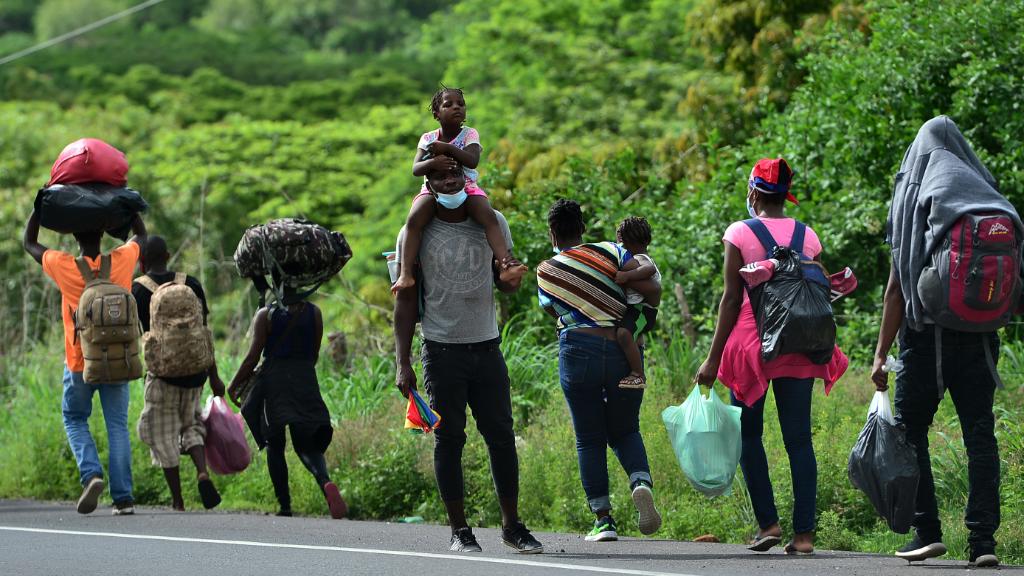 Una caravana de migrantes congoleños, ghaneses y costamarfileños caminan en Tegucigalpa, Honduras, tratando de llegar a Estados Unidos, el 2 de junio de 2020.