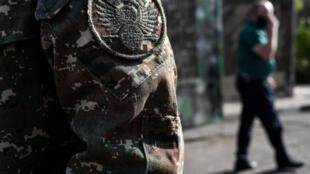 Un soldat de l'armée de défense du Karabakh en uniforme, devant un commissariat militaire à Erevan, la capitale de l'Arménie, le 30 septembre 2020.