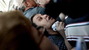 Une femme fait la queue devant un bureau de banque Athènes où les retraits sont plafonnés.