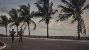 كوبيان يحملان متاعهما في 8 أيلول/سبتمبر تحسبا لوصول الإعصار إيرما إلى الكاريبي