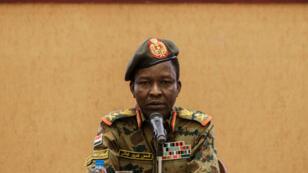 Le porte-parole du Conseil militaire transitoire soudanais, le général Chamseddine Kabbachi, lors d'une conférence de presse, au palais présidentiel de Khartoum, le 13 juin 2019.