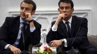 Le ministre de l'Économie, Emmanuel Macron, et le Premier ministre Manuel Valls, à Alger le 10 avril 2016.