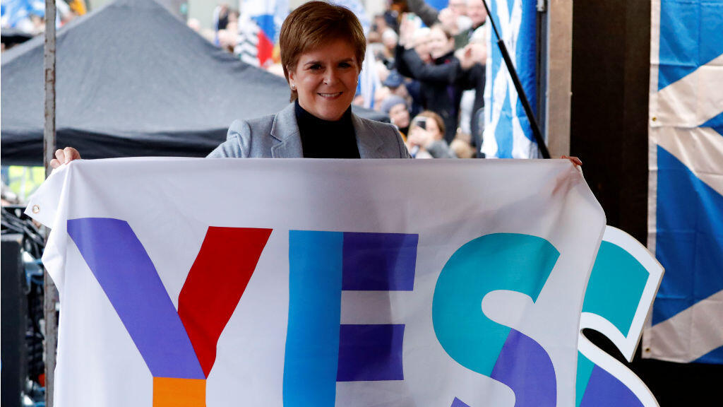 La ministra principal de Escocia, Nicola Sturgeon, sostiene una bandera durante un mitin independentista pro escocés en Glasgow, Escocia , el 2 de noviembre de 2019.
