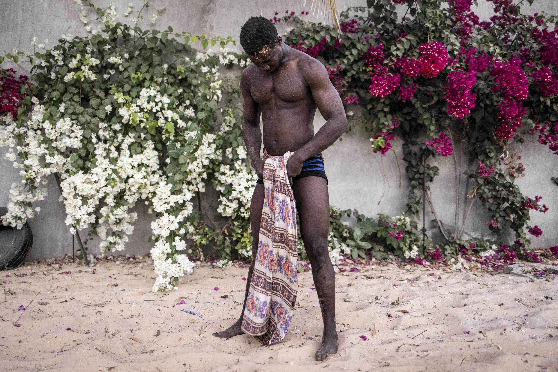 Le lutteur se prépare en attachant ses vêtements.