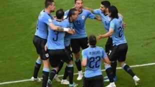 لاعبو منتخب الأوروغواي يحتفلون بالتسجيل في مرمى روسيا