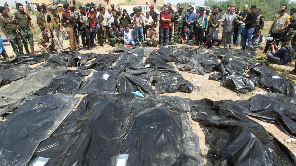 Des Irakiens se recueillent le 12 avril 2014 devant les corps exhumés des victimes du massacre de Speicher commis en juin 2014.
