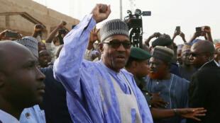 El presidente Muhammadu Buhari asistió a las urnas para votar en la ciudad de Daura, estado de Katsina, Nigeria, el 23 de febrero de 2019.