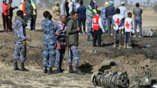 Des policiers éthiopiens sur les lieux où se trouvent les débris de l'appareil écrasé, dimanche, peu après son décollage d'Addis-Abeba.