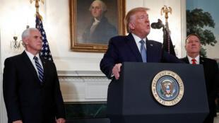 Le président Donald Trump, entouré du vice-président Mike Pence et du chef de la diplomatie Mike Pompeo, lors de sa déclaration à la Maison Blanche, le 23 octobre 2019.
