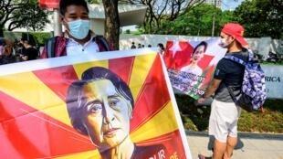 بورميون في تايلاند يرفعون لافتات تطالب بالإفراج عن أونغ سان سو تشي خارج مقر السفارة الأميركية في بانكوك بتاريخ 18 شباط/فبراير 2021