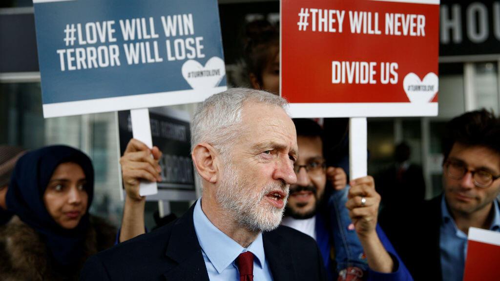 El líder del partido laborista, de la oposición en el Reino Unido, llega a la casa de Nueva Zelanda, en Londres, donde entregó una ofrenda floral, tras los ataques contra dos mezquitas en Christchurch, Nueva Zelanda, el 15 de marzo de 2019.