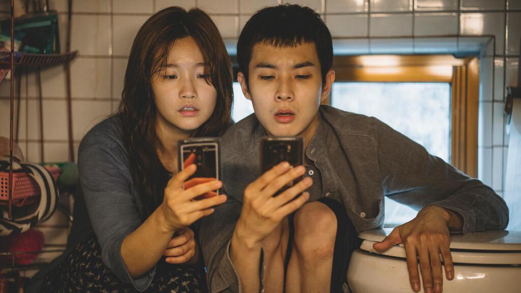 'Parásitos' es la suma de resultados imprevisibles luego de que la familia Kim, que vive en la pobreza, conoce a la adinerada familia Park.