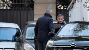 Nicolas Sarkozy en su carro el miércoles 21 de marzo para acudir a su citación con la policia por la segunda vez por el 'caso libio'