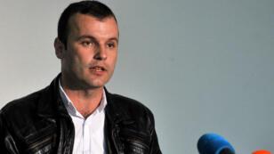 Mladen Grujicic tient une conférence de presse le 2 octobre 2016 à la suite du premier tour des élections municipales de Srebrenica.