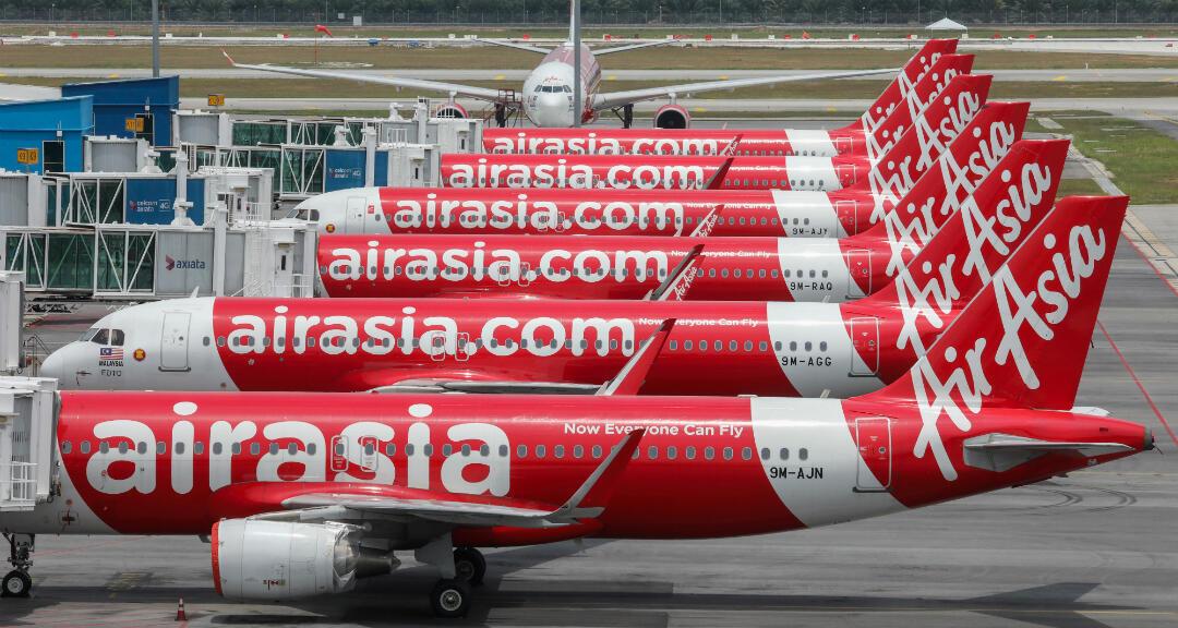Aviones de AirAsia estacionados en el Aeropuerto Internacional de Kuala Lumpur durante la orden de control de movimiento para frenar la propagación del coronavirus. Sepang, Malasia, el 14 de abril de 2020.