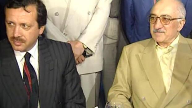 Recep Tayyip Erdogan et Fethullah Gülen assis côte à côte, bien avant le scandale de 2013