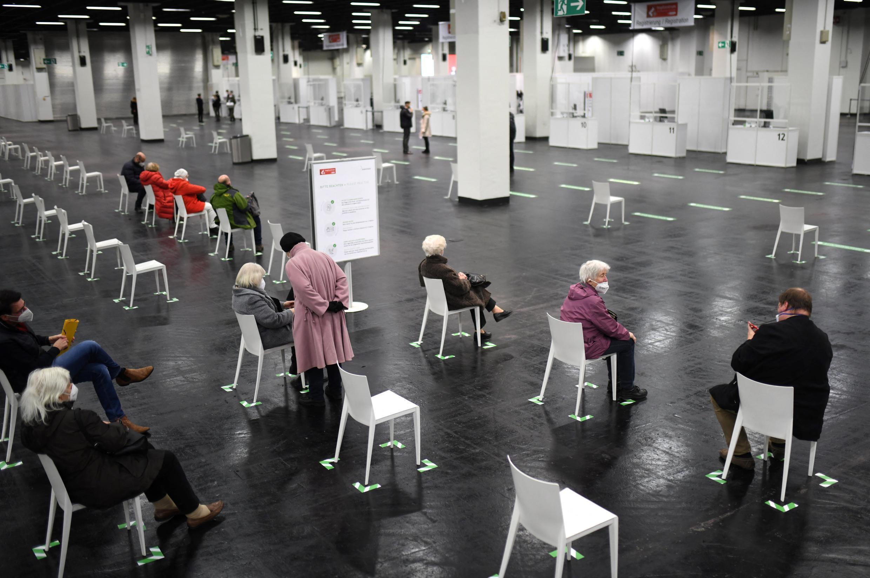 Un grupo de ancianos espera en el centro de vacunación contra el coronavirus para el turno de su inmunización en Colonia, Alemania occidental, el 8 de febrero de 2021.
