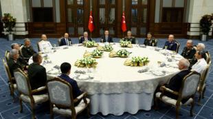 Le Premier ministre turc, Binali Yildirim, et les chefs d'état-major autour du président Erdogan, jeudi 28 juillet.