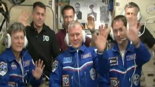 Thomas Pesquet (à droite) est entré dans le nuit du samedi 19 novembre au dimanche 20 novembre dans la station spatiale internationale avec deux astronautes, Peggy Whitson (à gauche) et Oleg Novitskiy (au centre).
