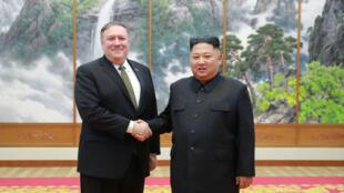 Le secrétaire d'État Mike Pompeo et le leader nord-coréen Kim Jong-un, le 7 octobre 2018.