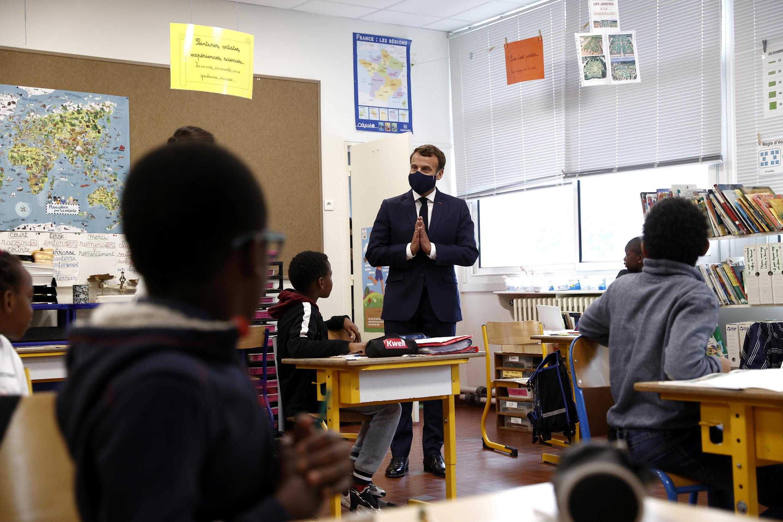 El presidente Emmanuel Macron visita una escuela en Poissy, el 5 de mayo de 2020.