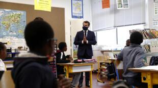 Le président Emmanuel Macron visite une école à Poissy, le 5 mai 2020