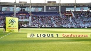 """Le football français se retrouve confronté à une période inédite de cinq mois sans revenus, une """"urgence économique"""" de plus en plus pressante"""