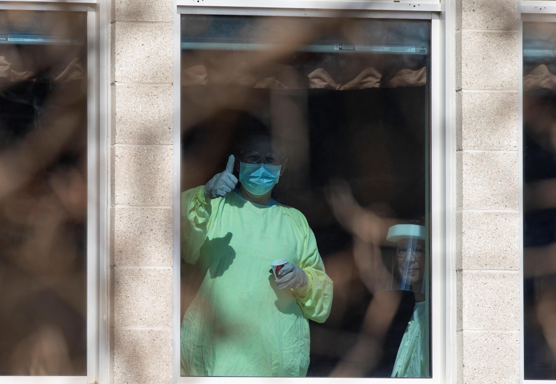 شخص يعمل في دار للمسنين يرتدي قناعا في لافال، كيبيك، كندا في 15 أبريل/ نيسان 2020
