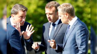 El primer ministro de Luxemburgo, Xavier Bettel, el presidente francés, Emmanuel Macron y el presidente del Consejo Europeo, Donald Tusk, durante la cumbre informal de los líderes de la Unión Europea en Salzburgo, Austria, el 20 de septiembre de 2018.