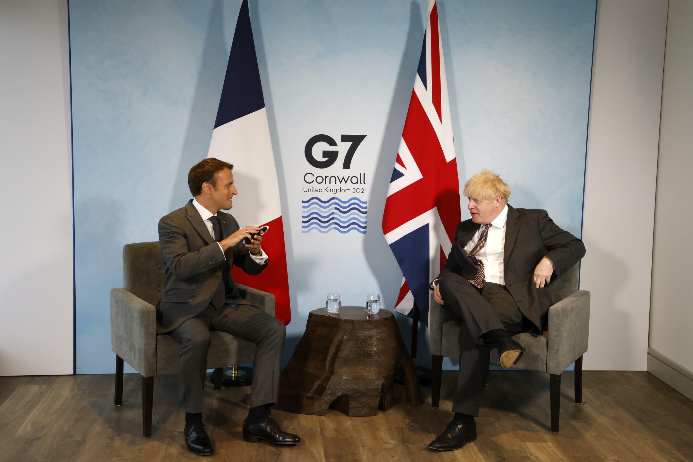 El primer ministro británico, Boris Johnson (drcha.), y el presidente francés, Emmanuel Macron, mantienen una reunión bilateral durante la cumbre del G7 en Cornwall, Reino Unido, el 12 de junio de 2021