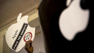 Des militants altermondialistes de l'organisation Attac manifestent contre les pratiques fiscales de la firme Apple à Paris, le 2 décembre 2017.