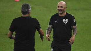 L'entraîneur de l'Atlético Mineiro Jorge Sampaoli (d) salue son homologue de Flamengo Domenec Torrent, le 9 août 2020 à Rio de Janeiro