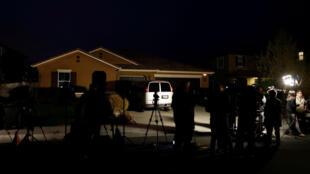 Los equipos de noticias se reúnen fuera de la casa de David Allen y Louise Anna Turpin en Perris, California, EE. UU., 15 de enero de 2018