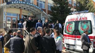 Varias personas permanecen junto a una ambulancia en el campus de la facultad de Educación de la Universidad Osmangazi en Eskisehir, Turquía, el 5 de abril de 2018, donde un profesor mató a tiros a cuatro colegas suyos e hirió a otras tres personas, sin que se conozcan aún los motivos.