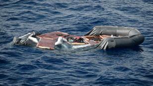 Les restes d'un canot de migrants intercepté par les gardes-côtes libyens, au large de la Libye, le 8 mai 2018.